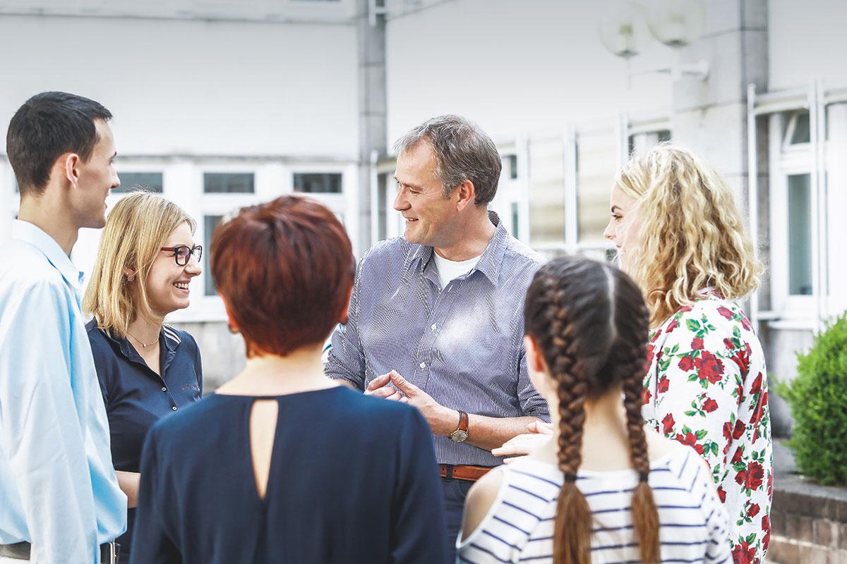 Carsten Brodesser im Gespräch mit jungen Erwachsenen über Zukunftsängste und -chancen